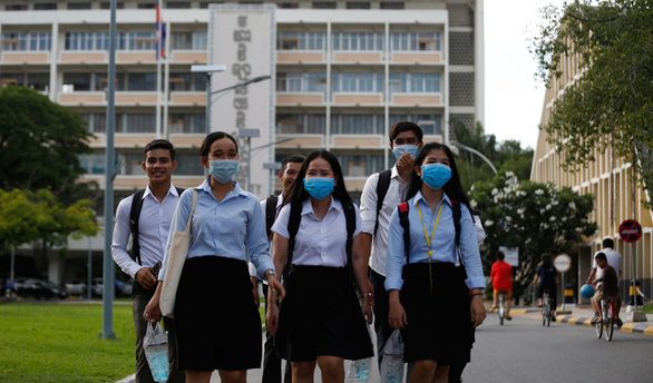 Học sinh lớp 12 Campuchia vừa mừng vừa lo khi được miễn thi tốt nghiệp - Ảnh 1.