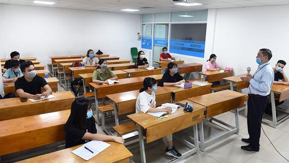 Học sinh, sinh viên TP.HCM học tập trung trở lại sau nghỉ phòng COVID-19 - Ảnh 1.