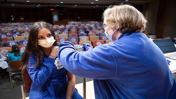 4 người bị giật méo miệng sau tiêm vắc xin COVID-19, sự thật là gì? - Ảnh 4.