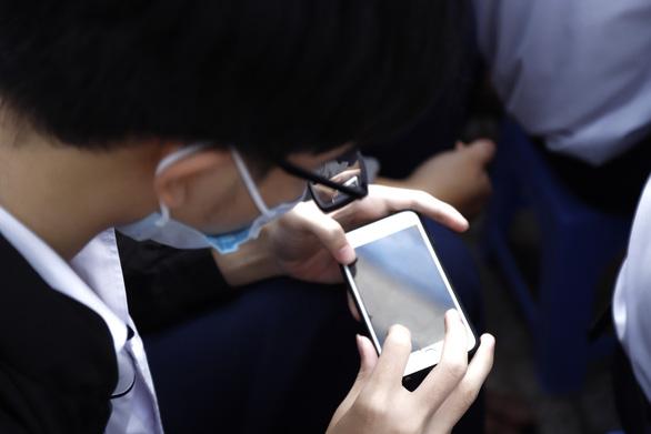 Cho học sinh sử dụng điện thoại trong lớp: Cần hướng dẫn cụ thể - Ảnh 1.