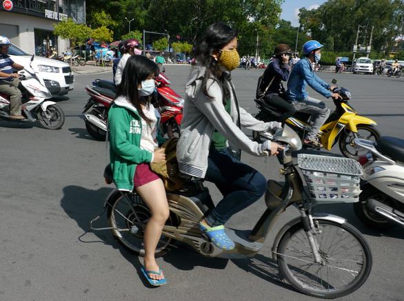 Đi xe gắn máy dưới 50 phân khối và xe máy điện sẽ phải có bằng lái - Ảnh 1.