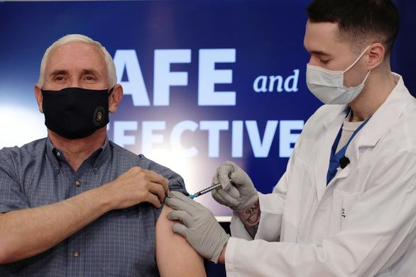 Ông Trump cướp lời FDA, tuyên bố vắc xin COVID-19 của Moderna được thông qua - Ảnh 1.