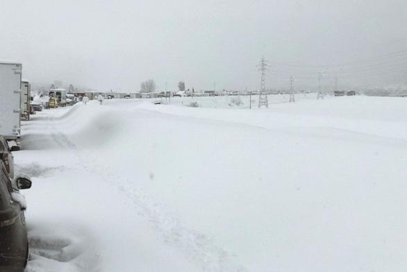Tuyết rơi dày, cả ngàn xe kẹt dài, chính phủ Nhật phải họp khẩn - Ảnh 2.