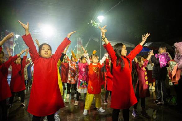 Người dân Huế dầm mưa lạnh xem biểu diễn áo dài - Ảnh 4.