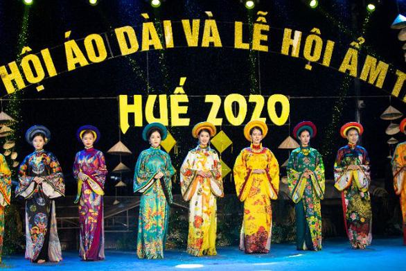 Người dân Huế dầm mưa lạnh xem biểu diễn áo dài - Ảnh 1.