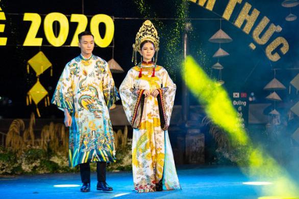 Người dân Huế dầm mưa lạnh xem biểu diễn áo dài - Ảnh 2.