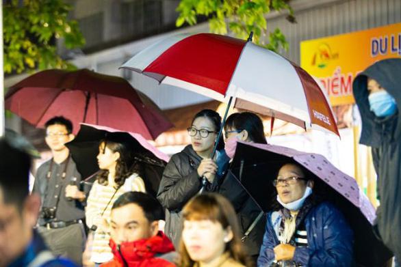 Người dân Huế dầm mưa lạnh xem biểu diễn áo dài - Ảnh 3.