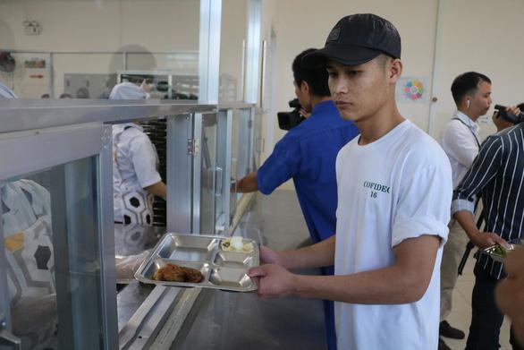 Ảnh hưởng dịch, lương chỉ còn 6 - 8 triệu, 64% công nhân vẫn gửi tiền về nhà - Ảnh 1.