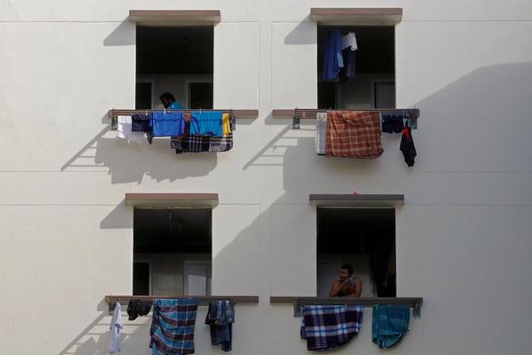 Gần một nửa lao động di cư ở Singapore đã mắc COVID-19 - Ảnh 1.