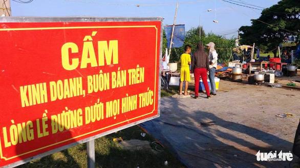 Bắt nhóm thu tiền bảo kê hàng rong trước bệnh viện lớn nhất Nghệ An - Ảnh 1.