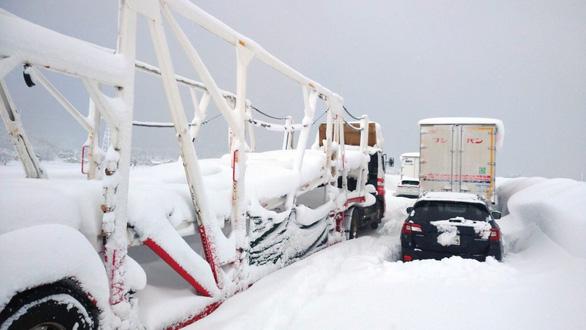 Tuyết rơi dày, cả ngàn xe kẹt dài, chính phủ Nhật phải họp khẩn - Ảnh 1.