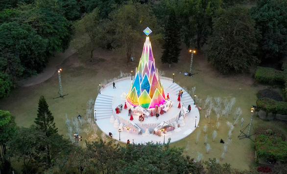 Giáng sinh 'tuyết trắng' cùng búp măng Noel khổng lồ ở Ecopark - Ảnh 1.