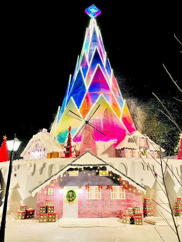Giáng sinh 'tuyết trắng' cùng búp măng Noel khổng lồ ở Ecopark - Ảnh 2.