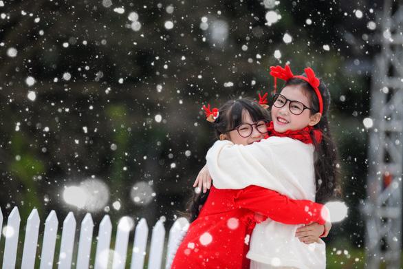 Giáng sinh 'tuyết trắng' cùng búp măng Noel khổng lồ ở Ecopark - Ảnh 11.