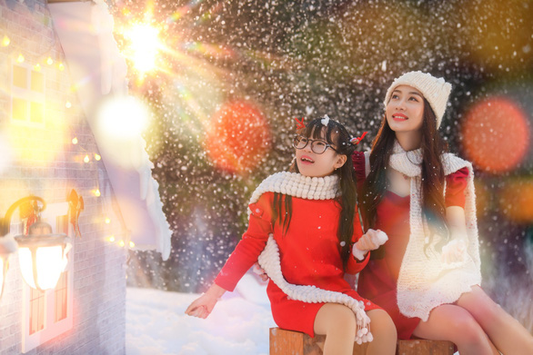 Giáng sinh 'tuyết trắng' cùng búp măng Noel khổng lồ ở Ecopark - Ảnh 12.