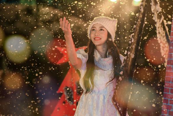 Giáng sinh 'tuyết trắng' cùng búp măng Noel khổng lồ ở Ecopark - Ảnh 13.