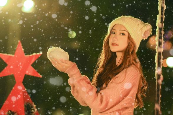 Giáng sinh 'tuyết trắng' cùng búp măng Noel khổng lồ ở Ecopark - Ảnh 14.