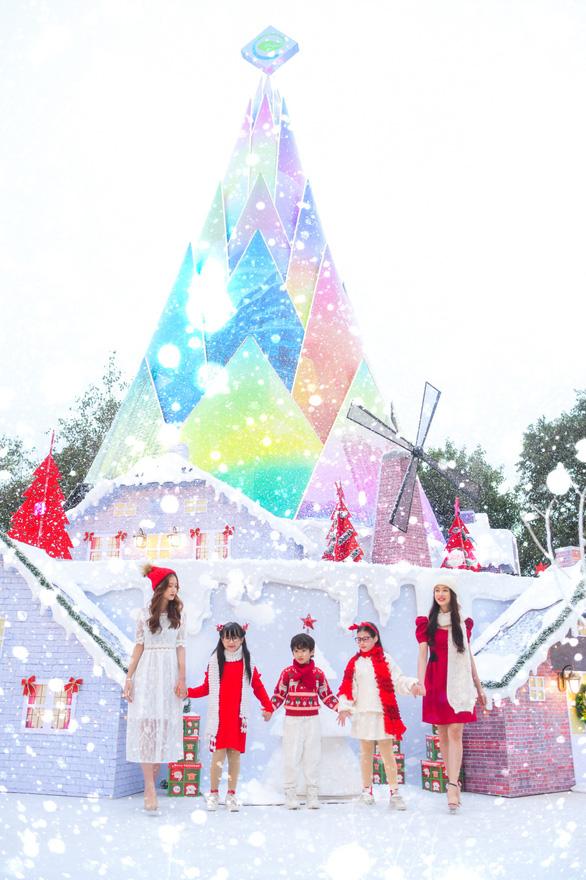 Giáng sinh 'tuyết trắng' cùng búp măng Noel khổng lồ ở Ecopark - Ảnh 3.