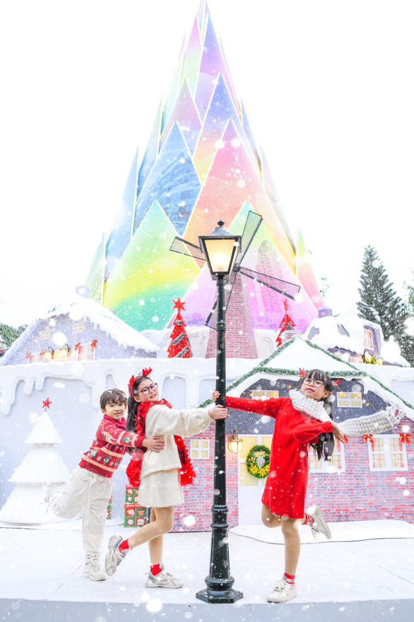 Giáng sinh 'tuyết trắng' cùng búp măng Noel khổng lồ ở Ecopark - Ảnh 5.