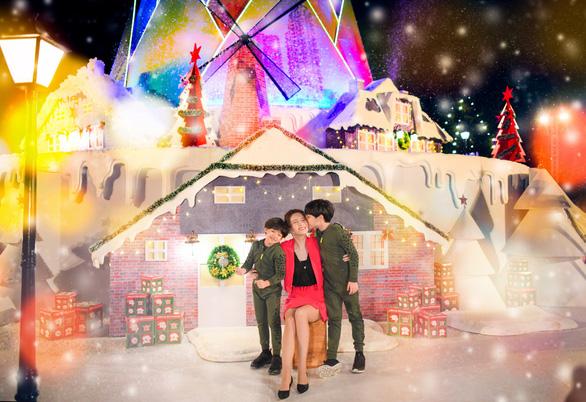 Giáng sinh 'tuyết trắng' cùng búp măng Noel khổng lồ ở Ecopark - Ảnh 6.