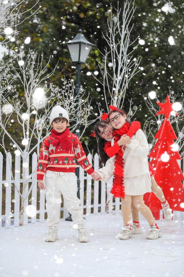 Giáng sinh 'tuyết trắng' cùng búp măng Noel khổng lồ ở Ecopark - Ảnh 7.
