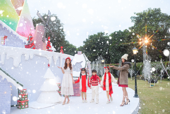 Giáng sinh 'tuyết trắng' cùng búp măng Noel khổng lồ ở Ecopark - Ảnh 8.