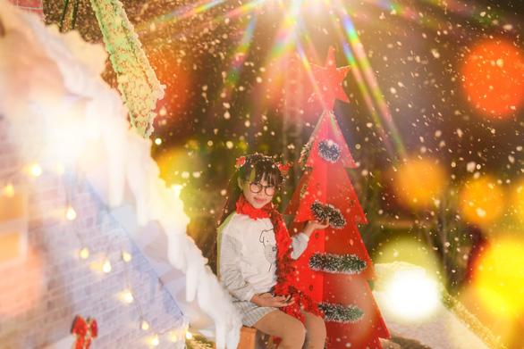 Giáng sinh 'tuyết trắng' cùng búp măng Noel khổng lồ ở Ecopark - Ảnh 9.