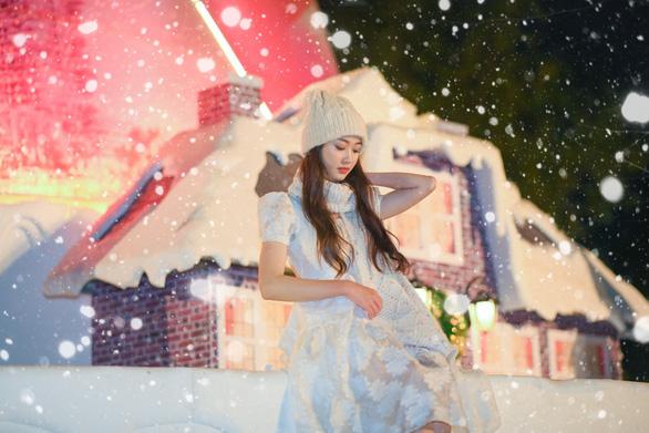 Giáng sinh 'tuyết trắng' cùng búp măng Noel khổng lồ ở Ecopark - Ảnh 10.