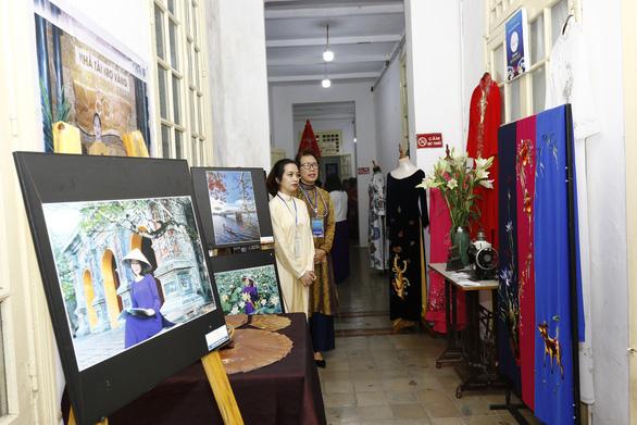 Người dân Huế dầm mưa lạnh xem biểu diễn áo dài - Ảnh 6.
