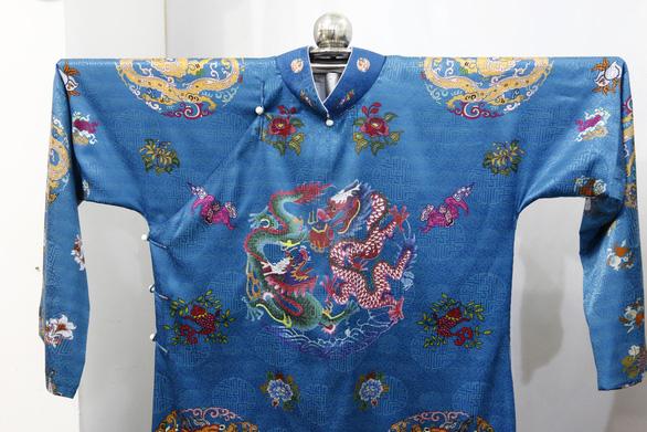 Người dân Huế dầm mưa lạnh xem biểu diễn áo dài - Ảnh 7.