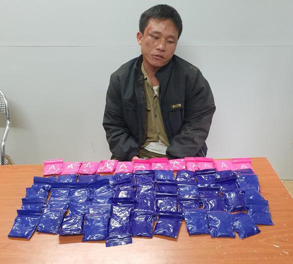 Bắt nghi phạm mang theo 60 túi chứa 12.000 viên hồng phiến - Ảnh 1.