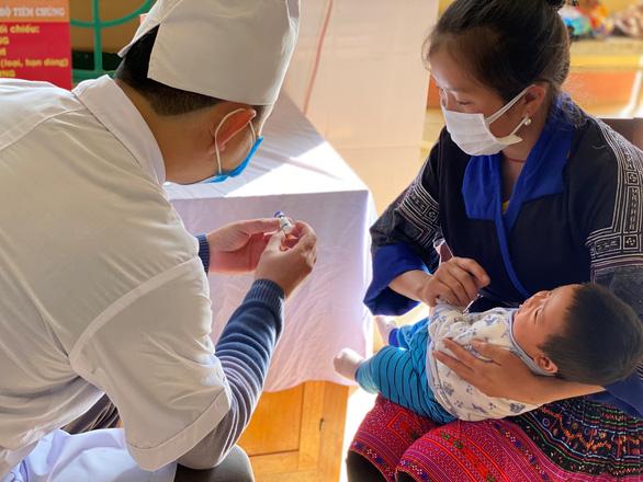 Những điều bà mẹ cần thực hiện khi đưa con đi tiêm chủng - Ảnh 1.