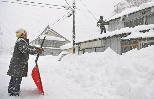 Tuyết rơi dày, cả ngàn xe kẹt dài, chính phủ Nhật phải họp khẩn - Ảnh 3.