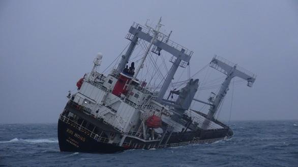 Tàu Xin Hong đã chìm hẳn dưới biển Phú Quý, tìm thấy một thi thể thuyền viên - Ảnh 2.