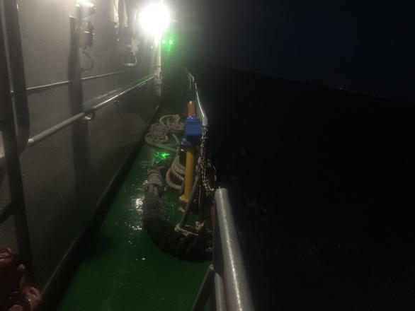 Tàu Xin Hong đã chìm hẳn dưới biển Phú Quý, tìm thấy một thi thể thuyền viên - Ảnh 1.