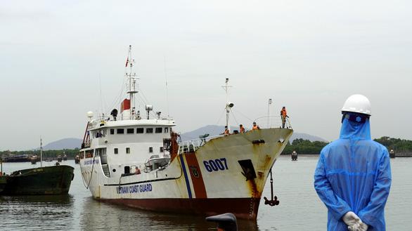 Đưa 11 thuyền viên tàu Xin Hong về bờ, còn 1 người Việt Nam mất tích - Ảnh 1.