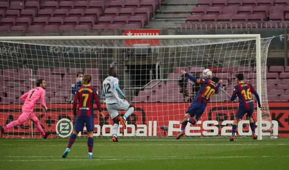 Messi sút hỏng phạt đền và đánh đầu ghi bàn san bằng kỷ lục 643 bàn của Pele - Ảnh 4.