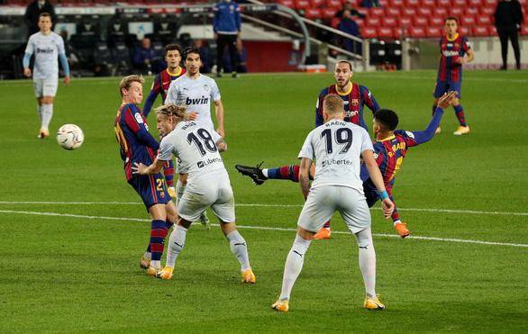 Messi sút hỏng phạt đền và đánh đầu ghi bàn san bằng kỷ lục 643 bàn của Pele - Ảnh 5.