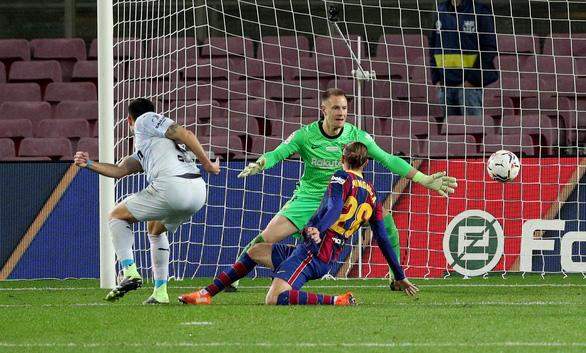 Messi sút hỏng phạt đền và đánh đầu ghi bàn san bằng kỷ lục 643 bàn của Pele - Ảnh 6.