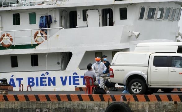 Đưa 11 thuyền viên tàu Xin Hong về bờ, còn 1 người Việt Nam mất tích - Ảnh 3.