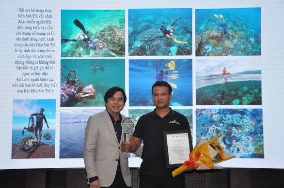 Người lượm rác dưới biển thắng giải ảnh môi trường - Ảnh 1.