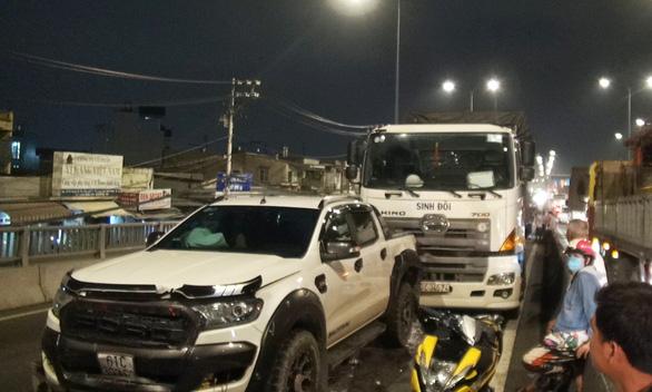 Tai nạn liên hoàn 8 xe ở An Sương, tài xế bị thương mắc kẹt trong cabin - Ảnh 1.