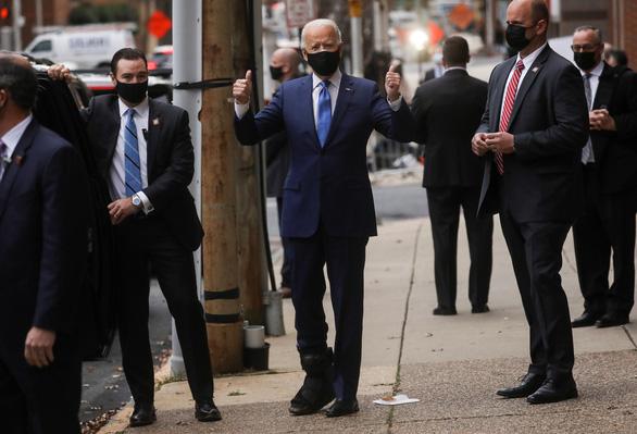 Video: Ông Joe Biden xuất hiện với nẹp chân, đi lại bình thường - Ảnh 1.