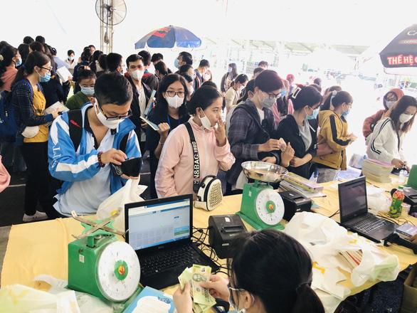 Giới trẻ TP.HCM chen chân mua sách 49.000 đồng/kg - Ảnh 4.