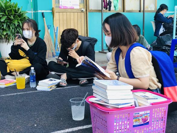 Giới trẻ TP.HCM chen chân mua sách 49.000 đồng/kg - Ảnh 3.
