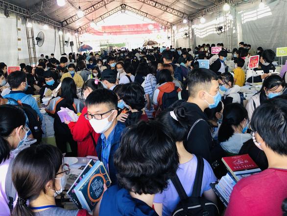 Giới trẻ TP.HCM chen chân mua sách 49.000 đồng/kg - Ảnh 1.
