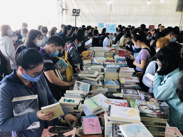 Giới trẻ TP.HCM chen chân mua sách 49.000 đồng/kg - Ảnh 2.