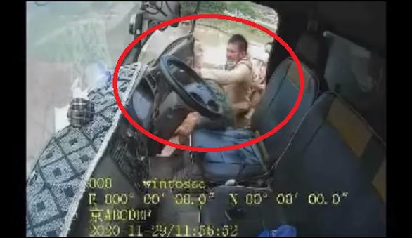 Điều chuyển 3 cảnh sát giao thông chửi, đánh tài xế xe tải không chịu dừng xe - Ảnh 1.