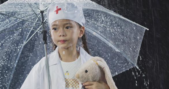 Mẹ con Đoan Trang hát tặng y bác sĩ trực đêm vì COVID-19 - Ảnh 3.