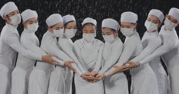 Mẹ con Đoan Trang hát tặng y bác sĩ trực đêm vì COVID-19 - Ảnh 4.
